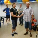 Monika Schwarz gewinnt das TT-Turnier 2014 Adolf Nohl überreicht den Pokal